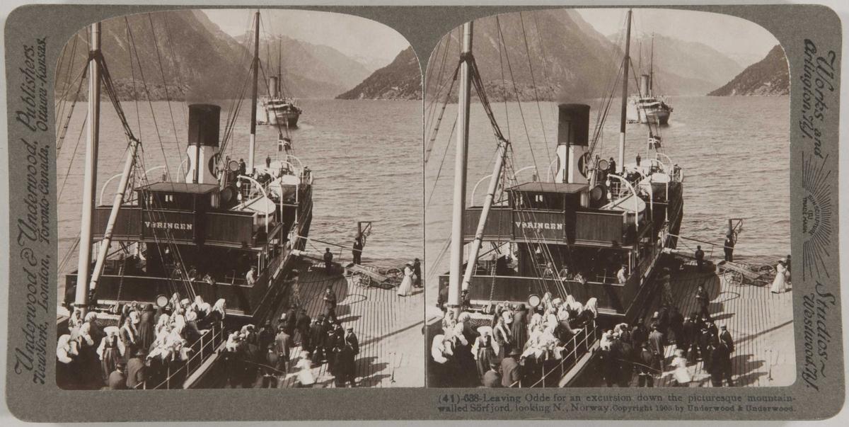 """Stereoskopi. Folk går ombord på dampbåten """"Vøringen""""  i Odda, Hordaland, for utflukt ned Sørfjorden."""