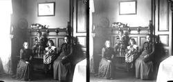 Interiør, familiemedlemmene Margrethe, Gudrun, Karen og Edle