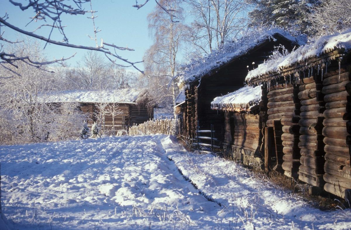 Fra uthussiden på Setesdalstunet på Norsk Folkemuseum. Vinter og snø.
