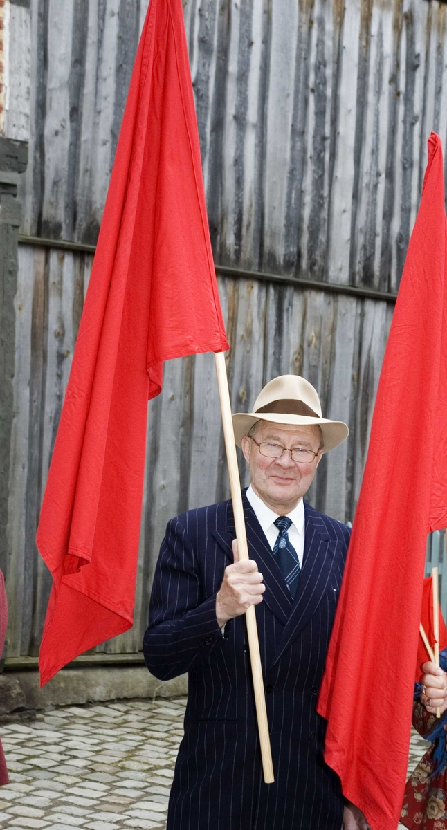 1.mai 2006 på Norsk Folkemuseum1.mai 2006 på Norsk Folkemuseum. einar Tveit som demonstrant med røde faner i museets gamleby.