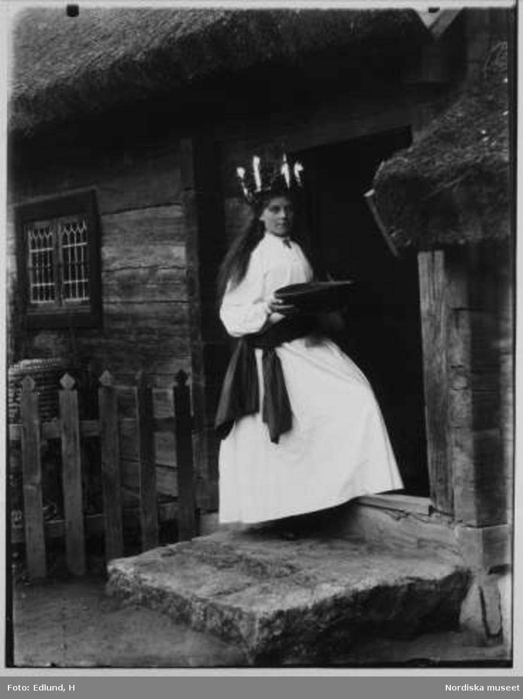 Lucia utanför Oktorpsgården, Skansen 1899.
