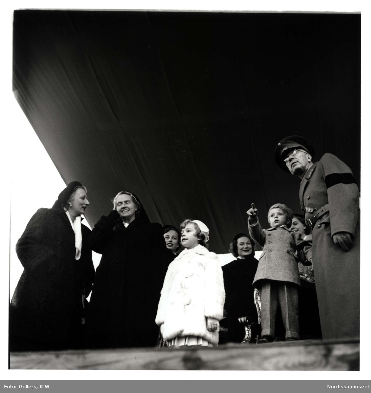 Gustav VI Adolf, kronprins Carl Gustav med flera ser på militärparad. Gärdet, Stockholm, 1950