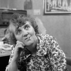 Porträtt av författaren Moa Martinson med cigarett i munnen.