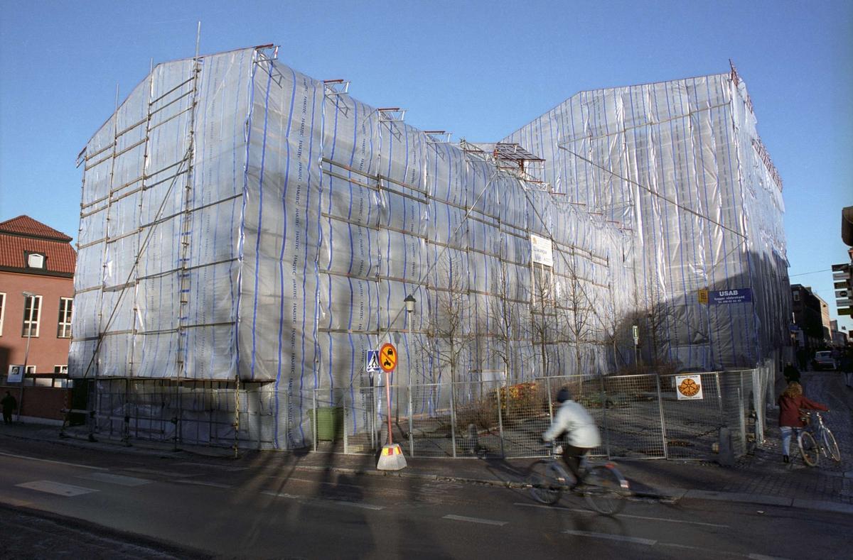 Theatrum Oeconomicum och Centralbadet, inplastade efter brand, kvarteret Torget, Uppsala 1991
