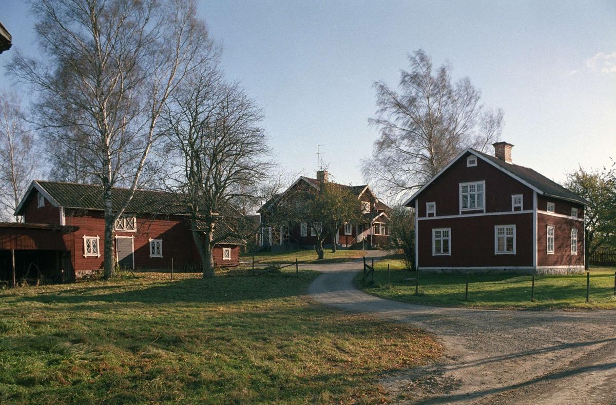 Sävasta by, fotograf John Alinders gård i förgrunden, Sävasta, Altuna socken, Uppland 1988