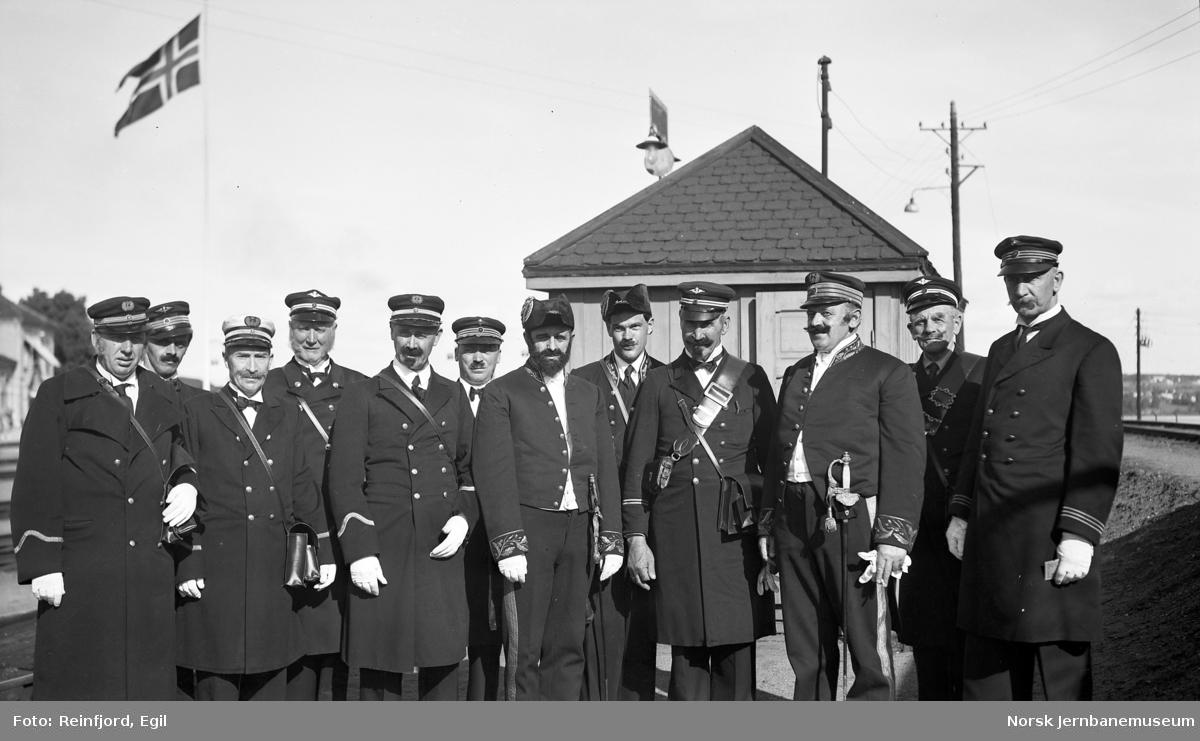 Utstilling på Hamar stasjon på Jernbanens Dag i 1949 : personale i gamle uniformer