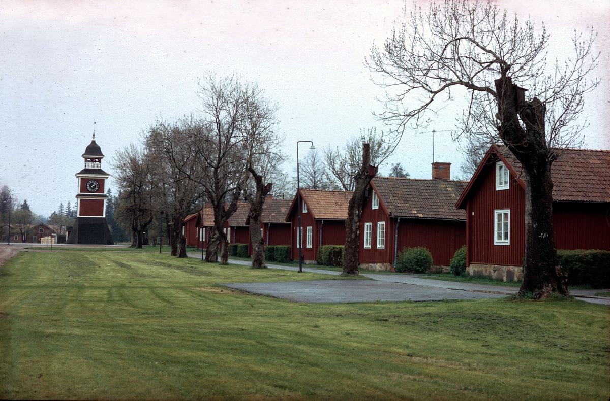 Smedsbostäder och klockstapeln i Karlholmsbruk, Västlands socken, Uppland