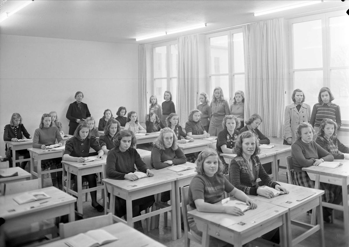 Flickor i skolsal, Praktiska Mellanskolan, kvarteret Luthagsstranden, Uppsala