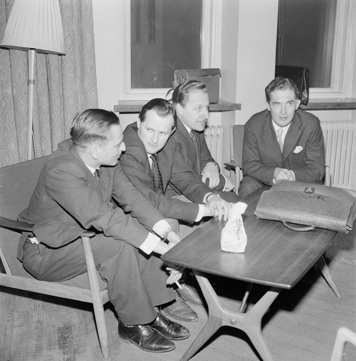 """""""Kulturpolitiska krav tog luften ur 60-talsdebattörer"""" - debattinledarna Olof Palme, Georg Nyström, Olof Jonsson och Sven Johansson, Gästrike-Hälsinge nation, Uppsala 1959"""