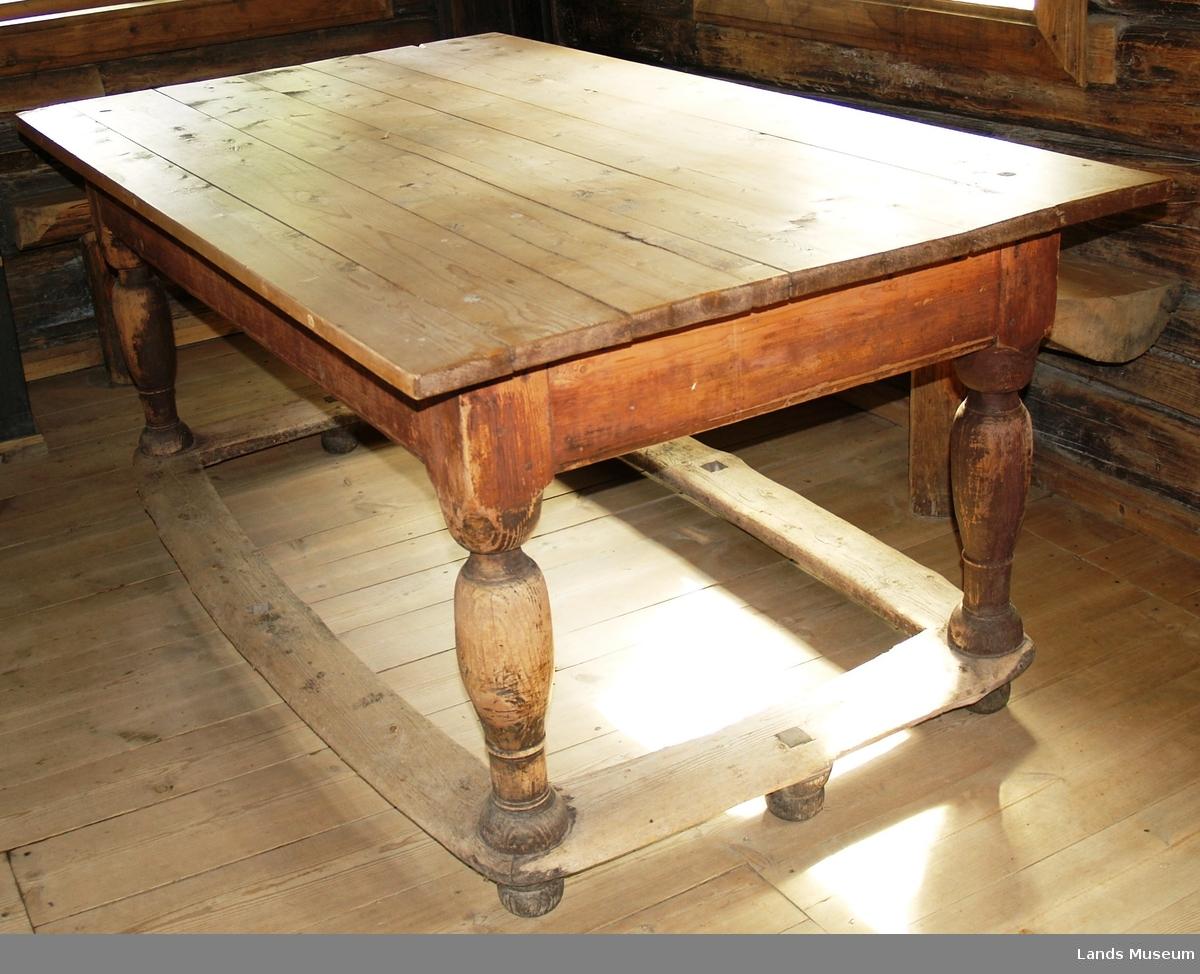 Bord med dreide bein. Bordplata er av nyere dato. Foten er kraftig. Fotpall/fotbrett. Skuff mangler.