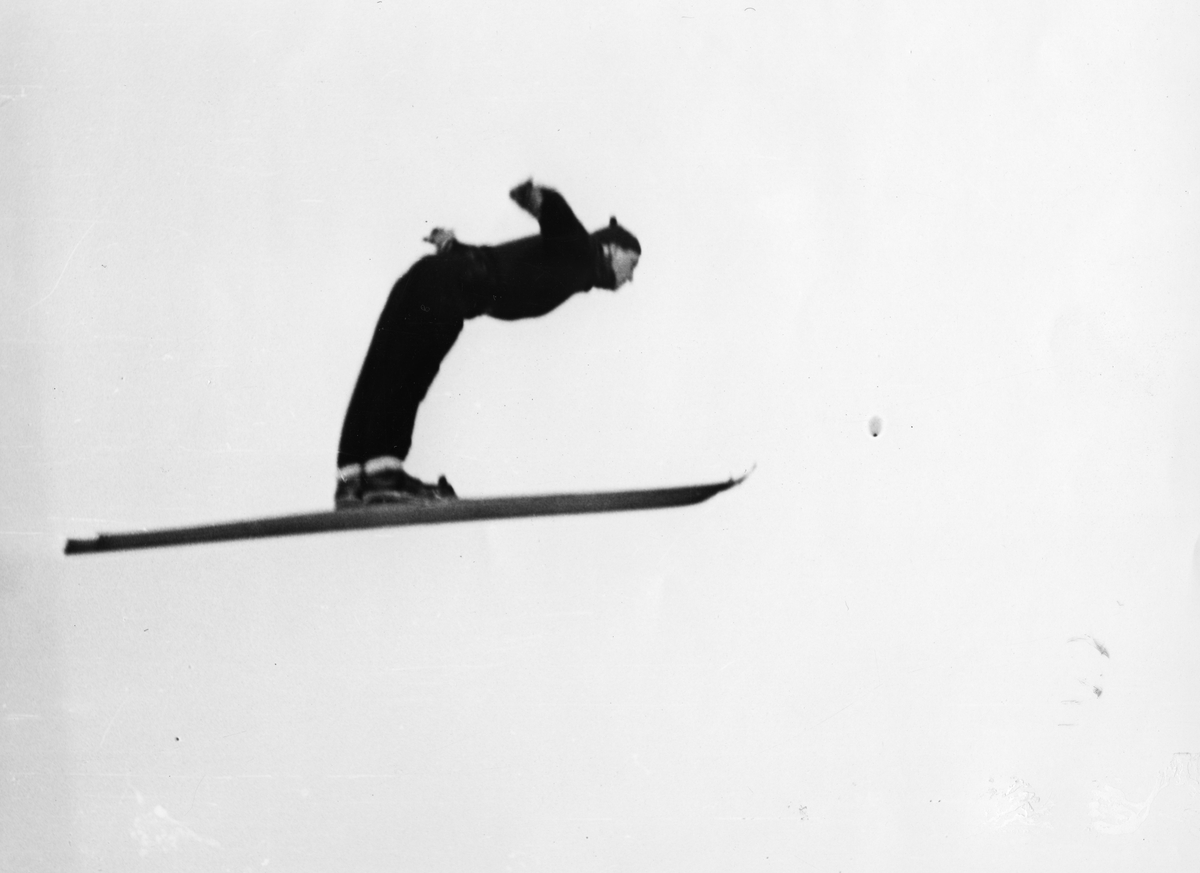 Petter Hugsted i et perfekt hopp i Hannibalbakken 1941. Petter Hugsted in a perfect jump at the Hannibalbakken jumping hill in 1941.