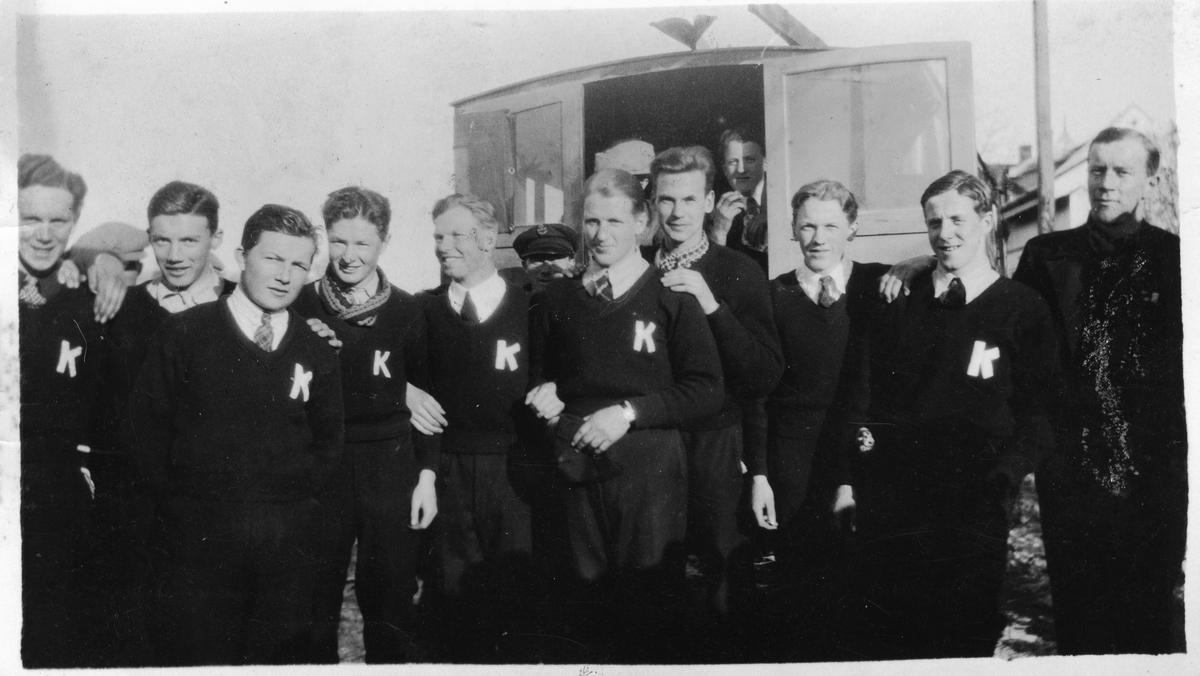 Kongsberghoppere, f.v.: Odd Fjerdingstad, Pauli Aamo, Hilmar Kjørstad, Odd Jansen, Olaf Fusche, Arne Wasstøl, Sverre Wiermyhr, Retten Borgersen, Hilmar Myhra, Hans Beck. Hilmar Myhra and Hans Beck (far right) with friends.