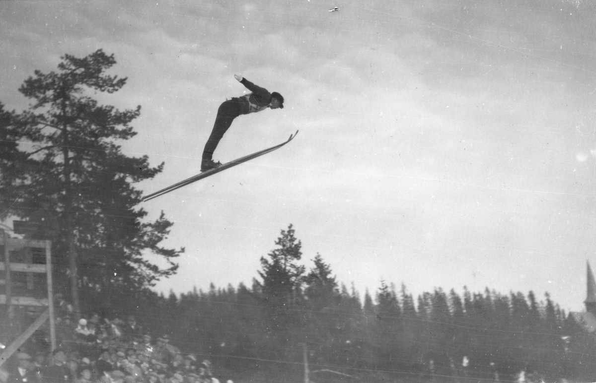 Sigmund Ruud hopper i Holmenkollen. Sigmund Ruud at the Holmenkollen jumping hill.