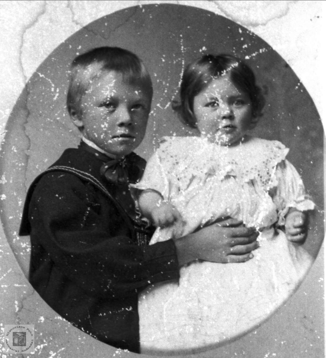 Portrett av Gunvor Roland og ukjent gutt, Bjelland.