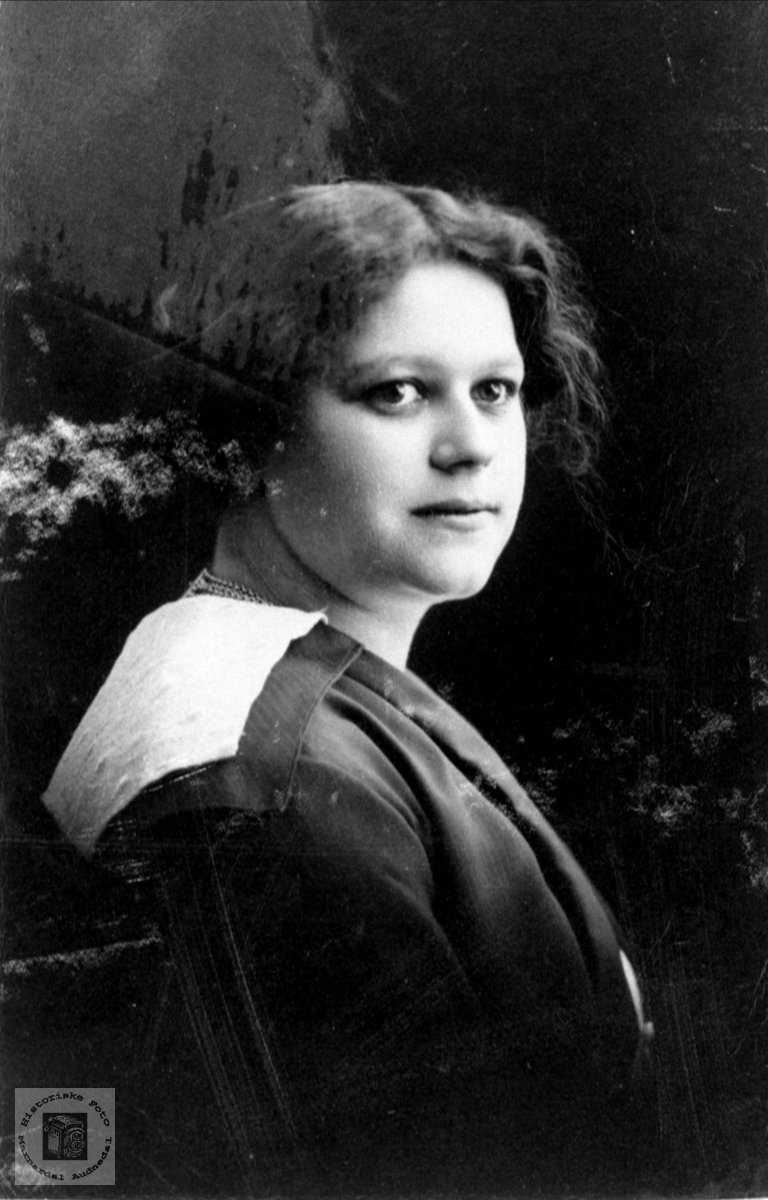 Portrett av Anna Roland gift Foss, Bjelland.
