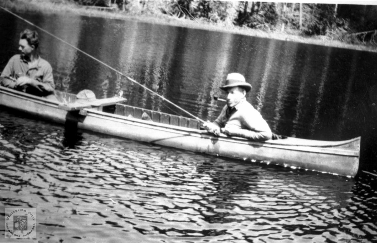 Fisketur i kano er bra å nytta fritid til i Canada.