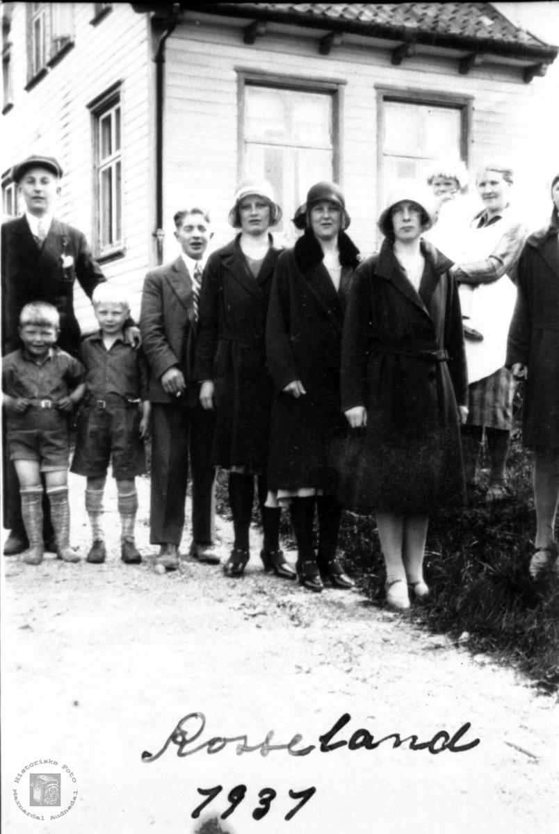 Unge og eldre. Sveinallsfolk på Rosseland i Greipstad.