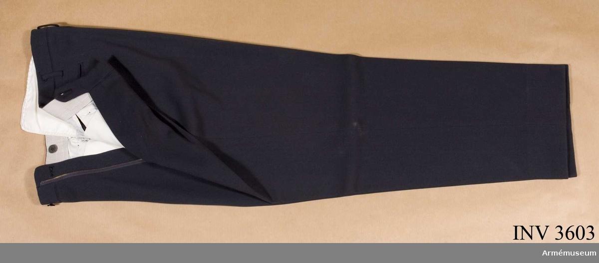 Storlek: C 50. Långbyxor m/1960 till vapenrock m/1960 för Överste,  Intendenturkåren. Tillverkade av stålgrått tyg i kypert eller s k diagonal. Sydda utan uppslag, har två raka  fickor i sidan och två hakfickor samt hällor för bälte. På etikett i linningen  står: ELSON. Byxorna har använts av Överste Stig Leijonhufvud, Intendenturen.