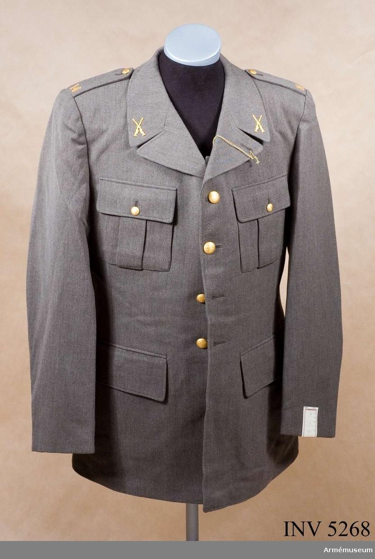 Av samma snitt som uniform m/1939. Daglig dräkt av gråbrungrönt tyg. Bärs till mörkt gråbrungröna byxor. Tjänstetecken mattförgyllda. Stl: 104 II.