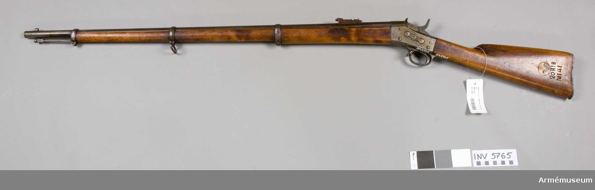 """Pipan märkt """"WA. PJF."""" """"C"""" m en krona (=Carl Gustaf stads Gevärsfaktori). Mekanismen tillv. i USA. Inskription på lådstjärten """"Remingtons Ilion N.Y. U.S.A. Pat. May 30 Nov. 15 TH 1864 April 17 TH 1866"""". Kolven märkt """"20 R: B N:141 (20 R. 7K. No 47. B.)"""". Stock av björk."""