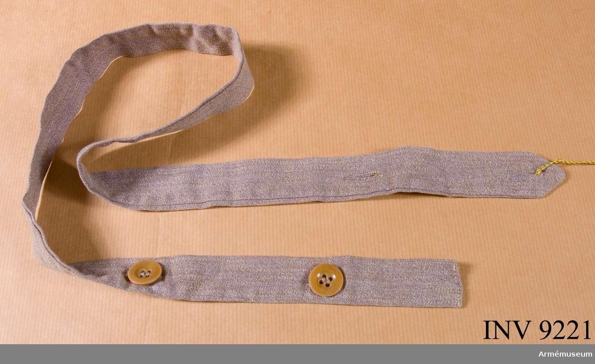 Skärp till klänning m/1931, SLK. Av grått bomullstyg med knäppning med två knappar.