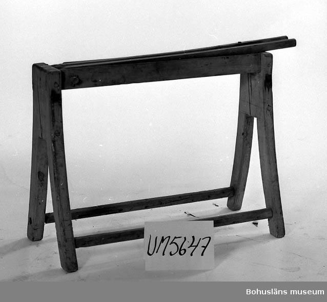 Ur handskrivna katalogen 1957-1958: Linbråka L.: 88 cm. Br.: 35 cm. Benen gjorda i par (ej i ett stycke) Maskhål. Hel för övrigt.  Lappkatalog: 70