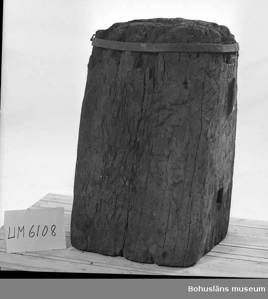 Ur handskrivna katalogen 1957-1958: Sockel för städ (ekstubbe) (Oläsligt) 80 cm. Mått nedtill c:a 48 x 48 cm. Upptill rund m. järnring. Skåra för städet. Järnet rostigt. -Tillhör Frankenbergs kopparslagareverkst.?  Lappkatalog: 16