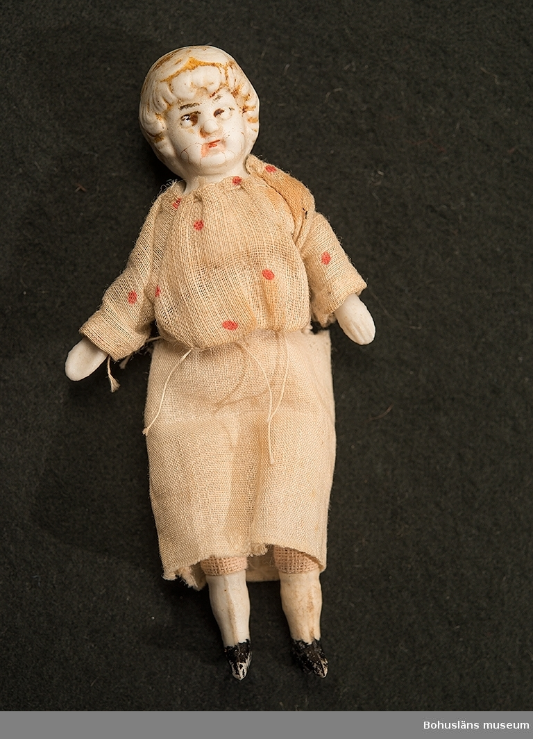 Liten docka med tygkropp, handsydda kläder i bomull. Docka för dockskåp.