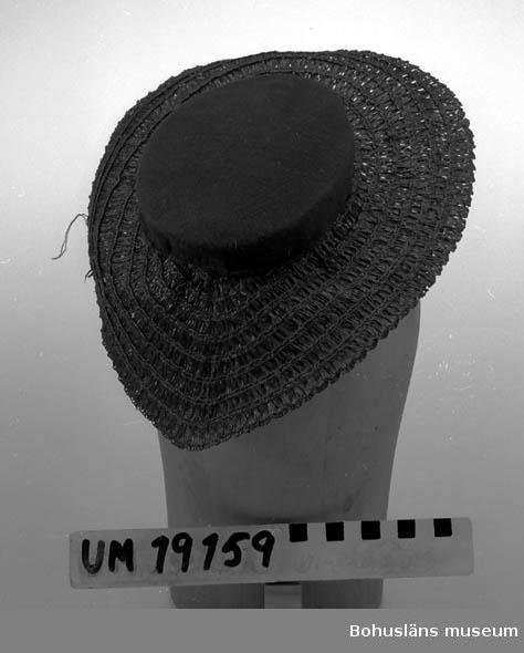 471 Tillverkningstid 1950 410 Mått/Vikt !  BRÄTTB. 7 CM 394 Landskap BOHUSLÄN  Liten hatt, brun. Låg kulle och brätten i oregelbunden ellipsform. Ej färdigsydd.   Se UM19130.