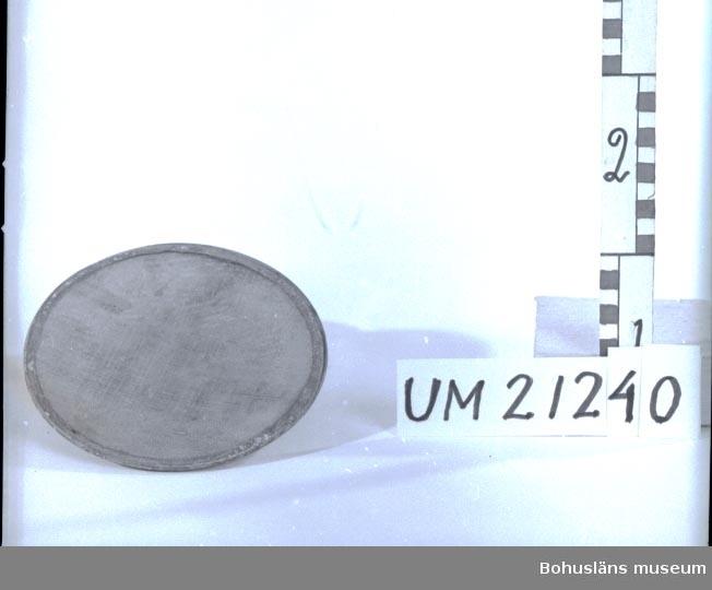 Filter till mjölksil. Cirkulär ram av koppar med finmaskigt nät av mässing. Föremålen har korroderat.