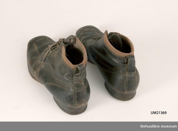 471 Tillverkningstid 1920-1940? 594 Landskap BOHUSLÄN  Halvkänga. Halvsulad med lädersula, klack från Tretorn.  UMFF 13:6