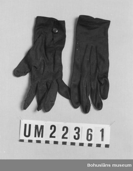594 Landskap BOHUSLÄN  Några fingrar på vantarna stoppade med svart garn, knäppning vid handleden.  UMFF 103:8