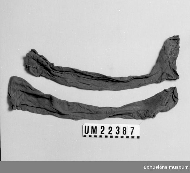412 Förvärvstillst TRASIGA I FÖTTERNA 594 Landskap BOHUSLÄN 503 Kön KVINNA  Maskinstickad röd strumpa med söm bak. Hål på insidan av fållen att dra band (eller gummiband?) igenom. Strumpan är del av en Bohusdräkt ( s k Skee-dräkt) som består av delarna UM22384 - 22390.  Stora hål på fötterna. Små hål här och var på skaften.  Fötterna mycket smutsiga och blekta.  Uppgifter om användaren samt litteraturlista, se UM22384.  Omkatalogiserat 1997-03-17 VBT