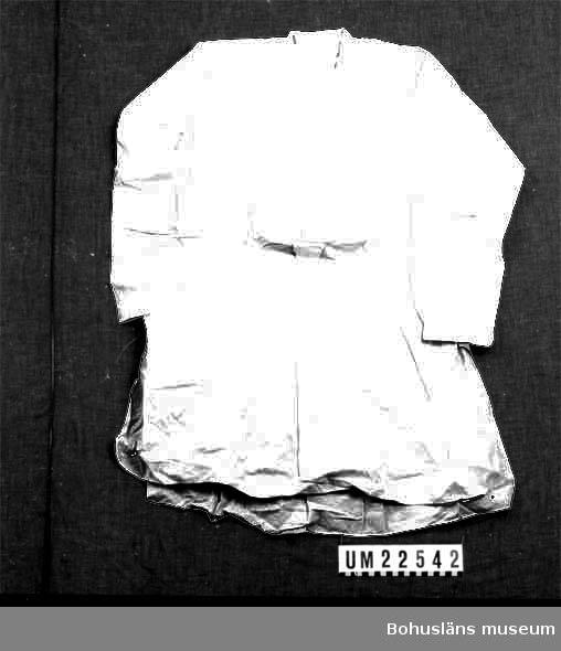 """410 Mått/Vikt ! ÄL 51 CM 594 Landskap BOHUSLÄN  Vit frackskjorta. Stärkbröst och snibb med knapphål. I kragen texten: """"H 43 - 17"""".  UMFF 125:9"""