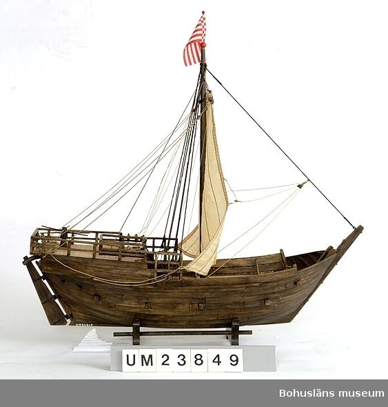 """Föremålet visas i basutställningen Kustland, Bohusläns museum, Uddevalla.  Modell av medeltida kogg i skala 1:50. Förebilden är den kogg, daterad 1380, som togs upp i Bremens hamn 1962 och som visas på Deutsches Schiffahrtsmuseum i Bremerhaven.  Modellen är tillverkad av den polske modellbåtbyggaren Jerzy Litwin, antikvarie på museiavdelningen, skeppsbyggnadsavdelningen på Centralne Muzeum Morskie i Gdansk. Han är specialicerad på medeltida skeppskonstruktioner.  Modellen är tillverkad till sommarutställningen 1988 på Bohusläns museum som presenterade Mollösundskoggen från 1200-talet (UM023101).  Litteratur: Klaus-Peter Kiedel, Uwe Schnall, """"Die Hanse-Kogge von 1380"""", Geschichte, Fund, Bergung, Wiederaufbau, Konservierung, Förderverein Deutsches Schiffahrtsmuseum, Bremerhaven, 2. Auflage (1989).  Se Bilagepärmen UM23849 för korrespondens."""