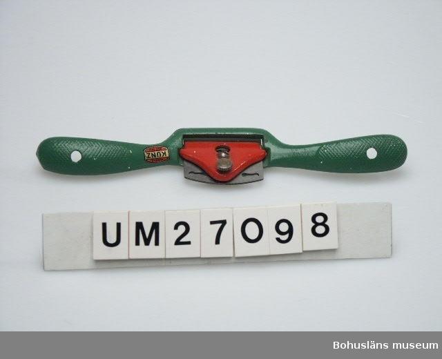 """503 MAN 394 Landskap BOHUSLÄN 594 Landskap BOHUSLÄN  Spånyvel av gjutgods med ställskruv för reglering av hyveljärnet,  grönmålad med dubbelhandsfattning.  Hyveln märkt """"Marks KUNZ SEIT 1910"""". Hyveltanden märkt """"STANLEY Made in England"""".  Verktygsuppsättningen är skänkt av Lennart Bornmalm, son till GB.  LB ingår i den arbetsgrupp som dokumenterar fiskebåtsvarv och fiskebåtar i Bohuslän i samarbete med Bohusläns museum.  Litt: Ohlén, Björn: """"Fiskebåtsvarv i Bohuslän - industri- historisk dokumentation av Hälleviksstrands varv, Rönnängs varv, Studseröds varv."""" Bohusläns museum. Rapport 1999:43.  För ytterligare uppgifter om brukare, tillverkare och samtidiga förvärv, se UM 27031."""