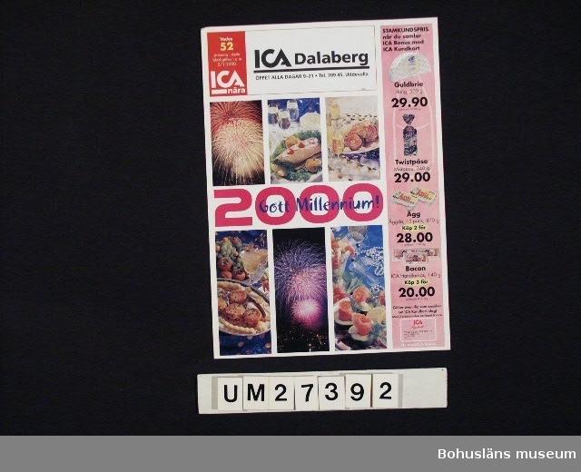 """Broschyr i fyrfärgstryck från ICA nära, centralt producerad med lokalt påtryck för ICA Dalaberg i Uddevalla för vecka 52 1999. Rubrik på framsidan: """"2000 Gott Millennium"""".  Broschyren gör huvudsakligen reklam för mat att inhandla och tillaga till nyårsfesten 2000.  För information om Millennieinsamlingen, se UM27360."""
