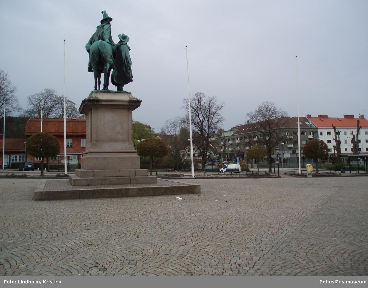 """Karl X Gustafs staty på Kungstorget i Uddevalla. I bakgrunden direkt till höger om statyn syns """"Suckarnas mur"""". Fotograf: Kristina Lindholm, Bohusläns museum."""