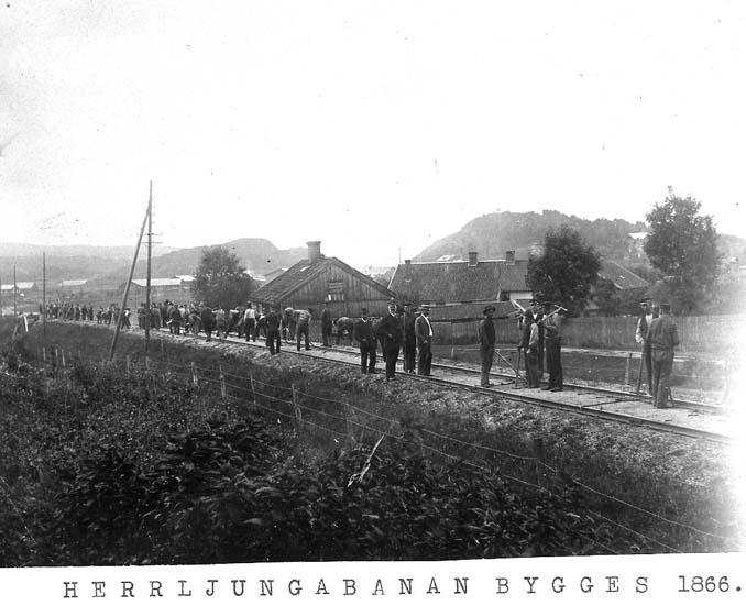 """Text på kortet: """"Herrljungabana bygges 1866""""."""
