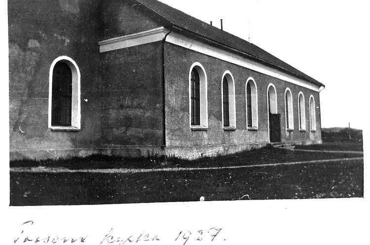 "Text på kortet: ""Tossene kyrka 1927""."