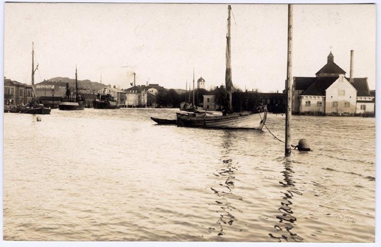 Samtidigt förvärvat: Sjömanskista, foton, dagböcker, tidn.klipp mm.