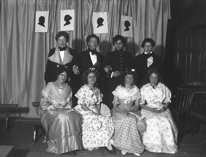 """Text till bilden: """"Uddevalla. Grupp, åtta utklädda personer, amatörteater""""."""