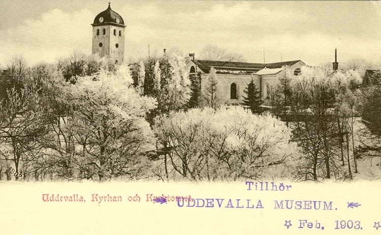 """Tryckt text på bilden: """"Uddevalla. Kyrkan och Kyrktornet.""""    """"Uddevalla Pappershandel, Hildur Anderson."""""""