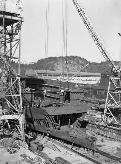 Hängning av plattformssektion ombord på fartyg stapel 3, Kasen. NR. 180 T/T D.W.T. 42.420 Blev döpt till Trinity Challenger. Levererades 30-12-60