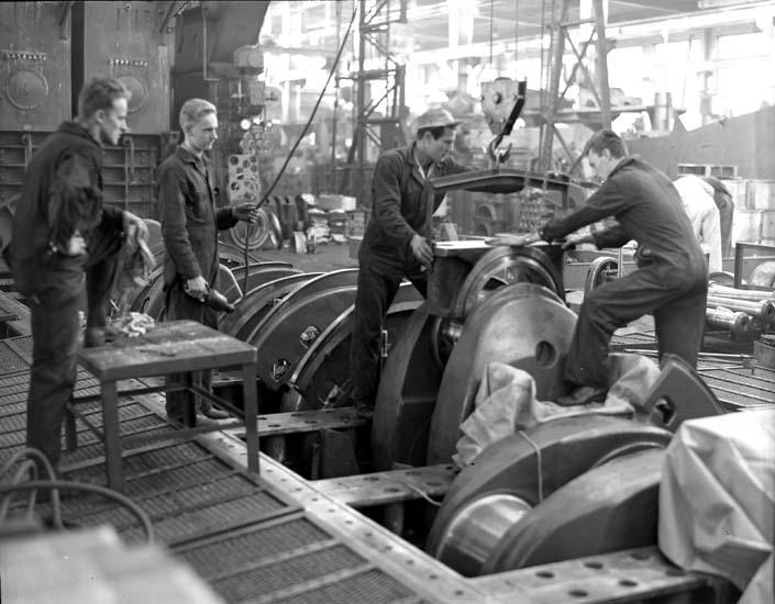 Montering av vevstakslager på huvudmotor i maskinhallen, Kasen. ::