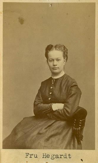 """Text på kortets baksida: """"Fru Hegardt"""". Porträttet föreställer Hilda Hegardt, född Carlström. Hon var gift med Gustaf Hegardt som också är avbildad här och som jag just identifierat. Hilda var född i Vassända-Naglum 1849 och dog (på besök i Karlstad) 1923"""