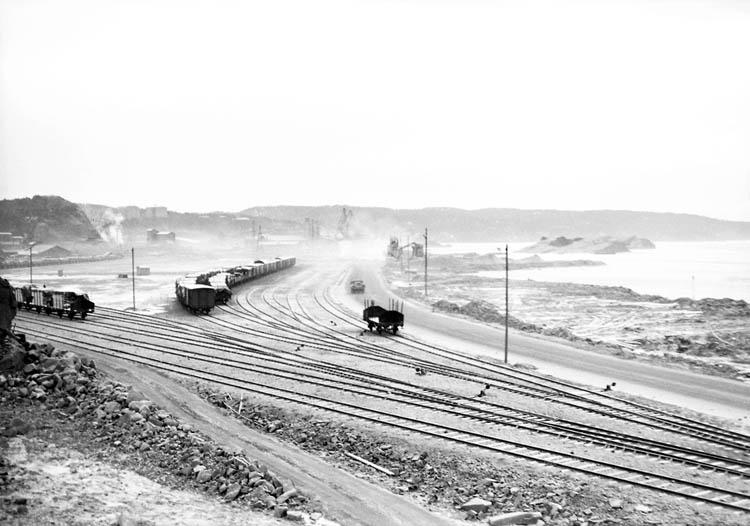 """Enligt notering: """"Västra Bangården (utåt hamnen) 20-1-1956""""."""