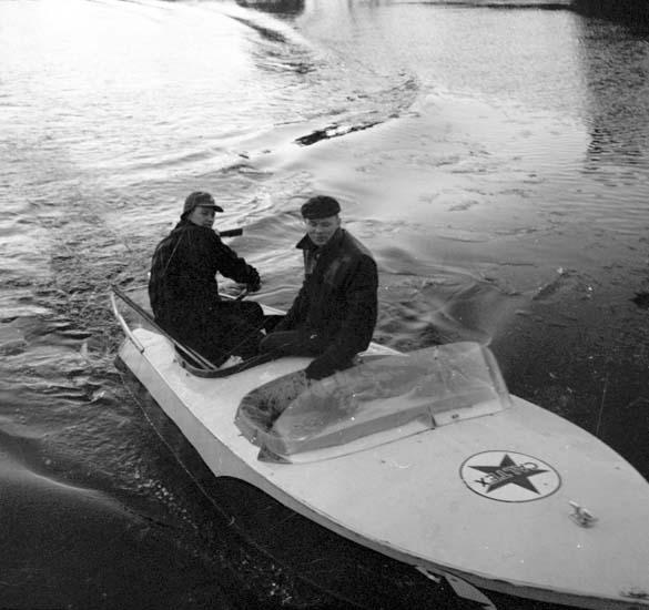 """Vattenskidor Gus Erixsen 5/12 -58"" enligt notering."