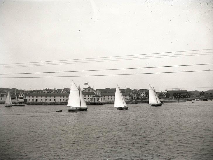 """""""Nissar"""" i hamnen. Pingstdagen d 8 juni 1924. 2 st. Kopierade."""