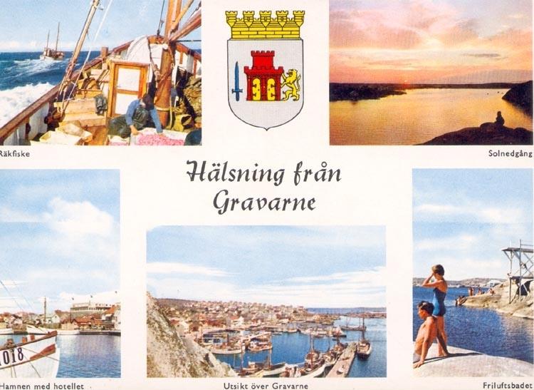 """Tryckt text på kortet: """"Hälsning från Gravarne"""". """"Räkfiske. Solnedgång. Hamn med hotellet. Utsikt över Gravarne. Friluftsbadet."""" Noterat på kortet: 29 AUG. 1960""""."""
